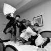 The Beatles en una guerra de almohadas