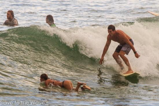 Surfistas que pierden la concentración en el agua