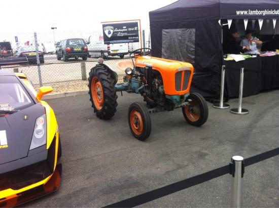 Tractor en un aparcamiento de Lamborghinis