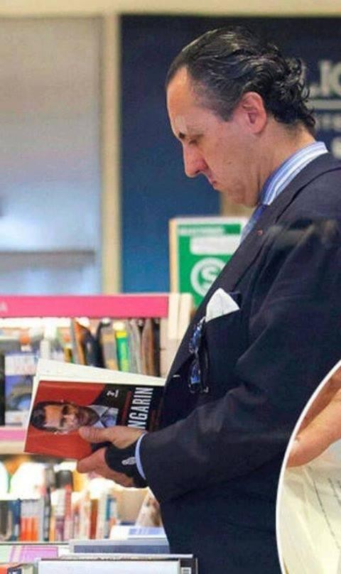 Marichalar pillado infraganti ojeando un libro sobre Urdangarín