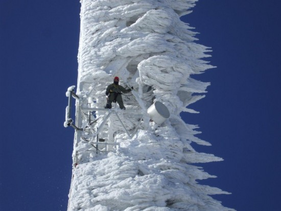 Torre tras la tormenta de nieve