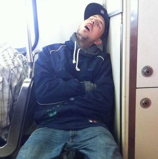 Fotos de gente durmiendo en el metro