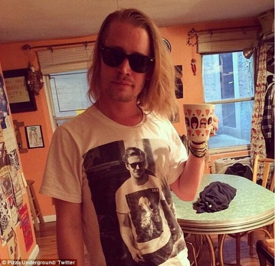 Ryan Gosling llevando una camiseta de Macaulay Culkin y viceversa