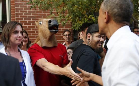 Obama saluda a un caballo