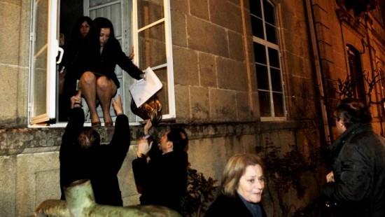 Concejalas que escapan por la ventana del Ayuntamiento