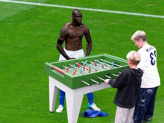 Balotelli jugando al futbolín