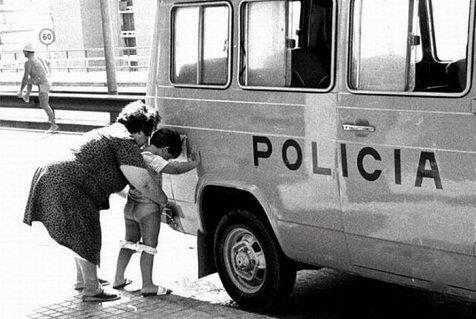 Luchando contra los grises 390057_meando_furgoneta_policia_20111003165938
