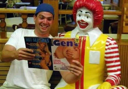 Ronald McDonald viendo revistas de tías en bolas