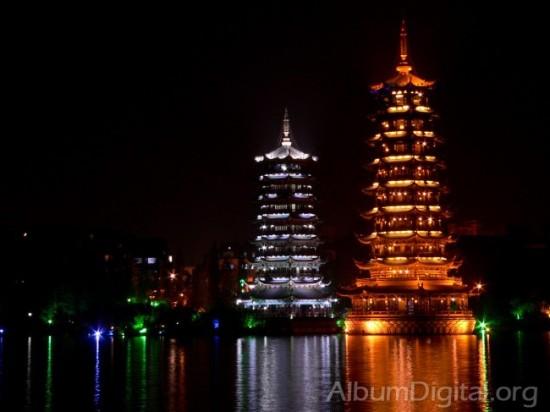 Pagodas de Tailandia por la noche