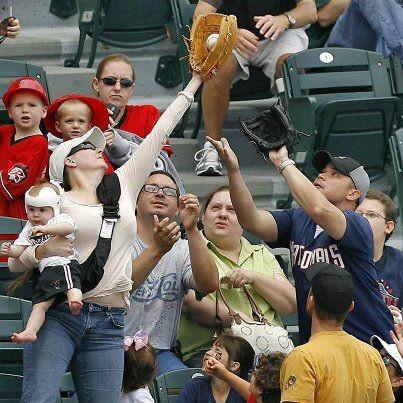 Madre en un partido de béisbol