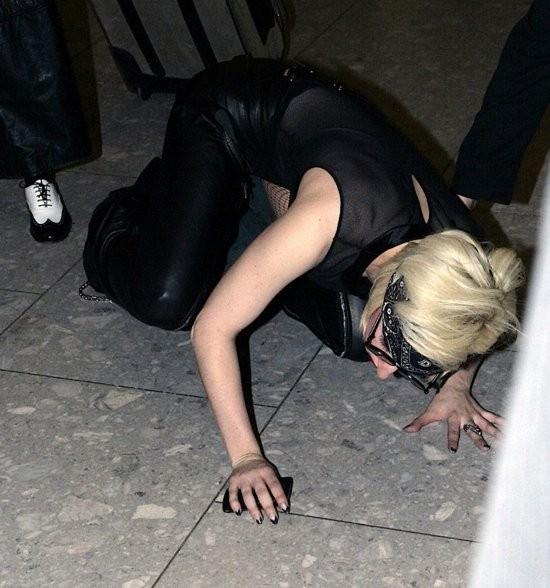 Lady GaGa se cae (aterriza literalmente) en aeropuerto de Londres