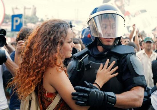 Chica abrazando a policía antidisturbios