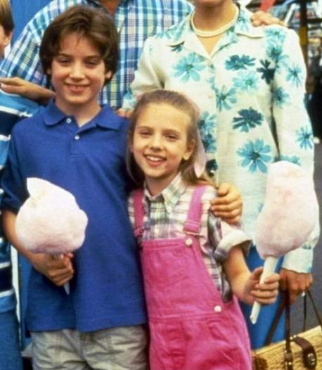 Elijah Wood y Scarlett johansson de niños