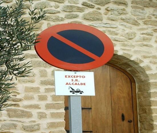 Prohibido aparcar... Excepto el alcalde