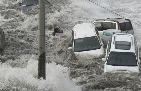 Sacando fotos en medio del Tsunami