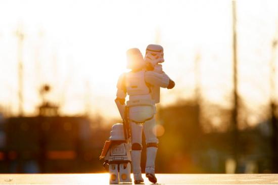 Soldado de Star Wars con sus hijos