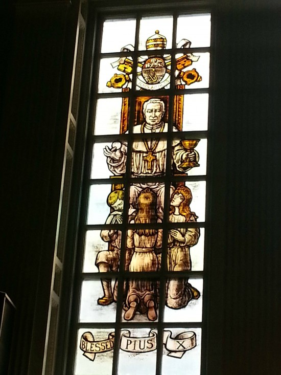 Vidriera de iglesia polémica