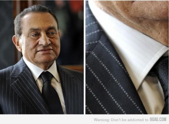 Que bonito el traje de Mubarak... ¡Espera un momento!