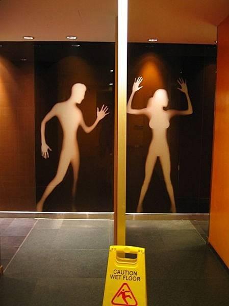 Curioso signo de cuarto de baño de hombres y mujeres