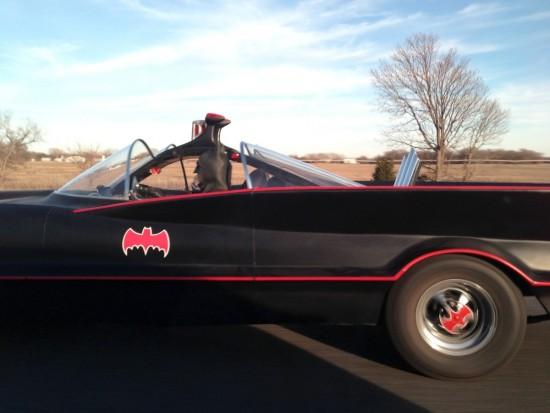 Batman conduciendo su batmóvil