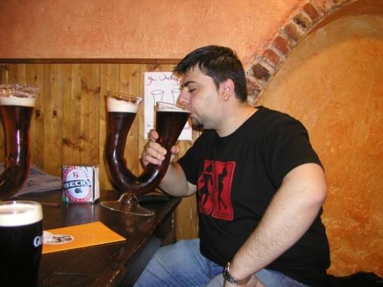 Bebiendo cerveza maxi