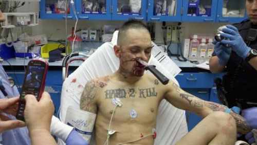 """El tatuaje del pecho pone: """"Difícil de Matar"""""""