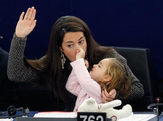 Diputada europea vota con su hija