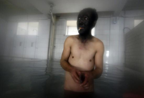 Minero del carbón se da una ducha