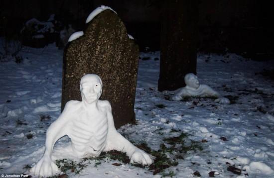 Muñecos de nieve en el cementerio