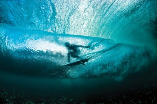 Surfista visto desde dentro del agua