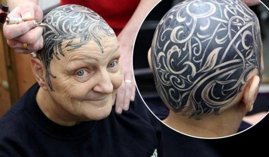 Abuela tatuándose