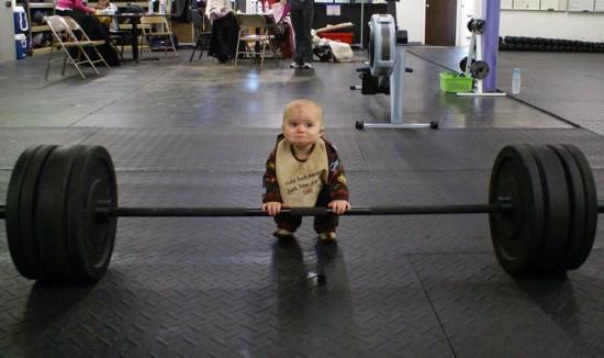 Bebé levantando pesas