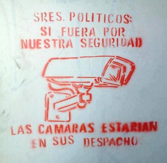 Cámara de seguridad vigilando políticos