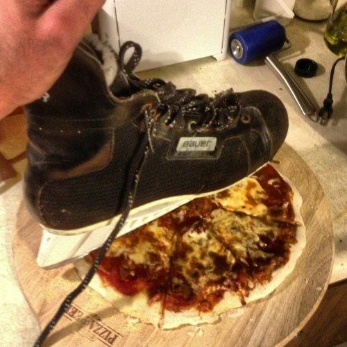 Canadienses cortando pizza