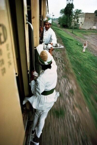 Servicio de desayunos en un tren de Pakistán