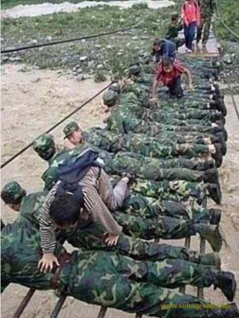 Soldados japoneses construyendo un puente