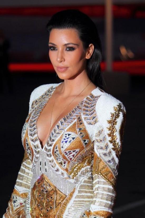 Kim Kardashian con escotazo en Cannes