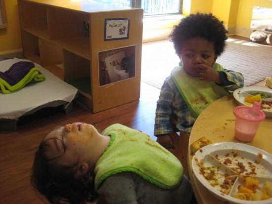 Niño que se queda dormido mientras come