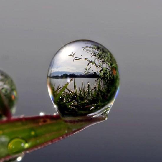 Reflejo del paisaje en gota de agua