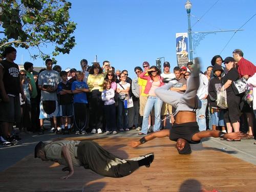 El rey bailando breakdance