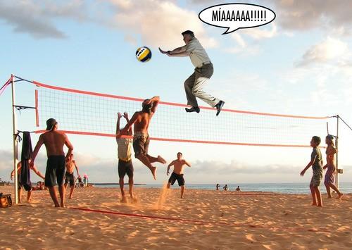 El rey jugando al voleibol