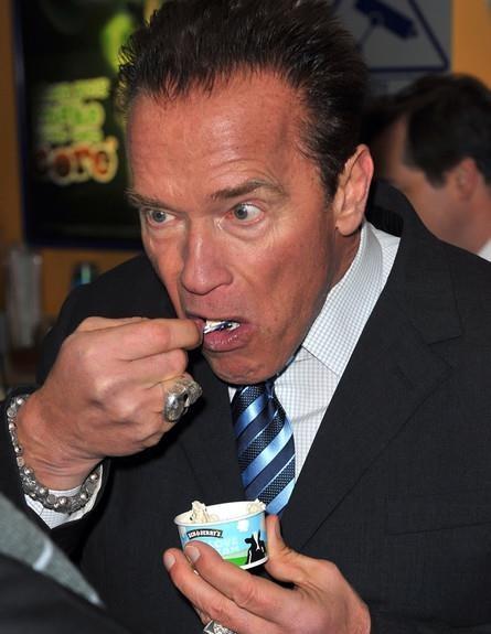 Schwarzenegger comiendo un helado