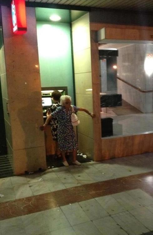 Abuela segurata en el cajero