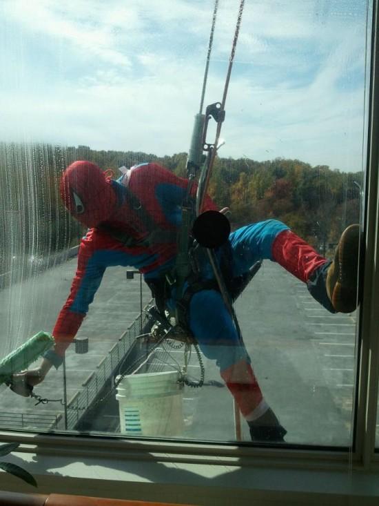 Spiderman limpiando cristales
