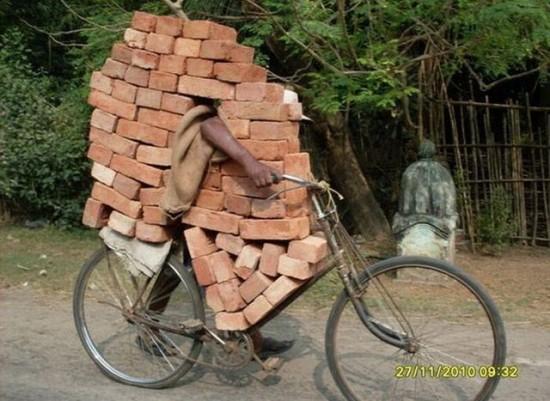 Transportanto ladrillos en India