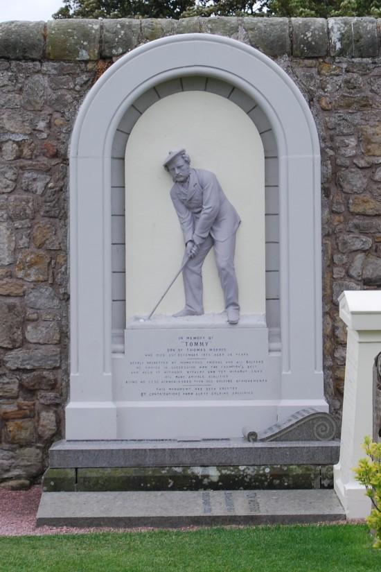 Lápida en la Catedral de Saint Andrews (Escocia)